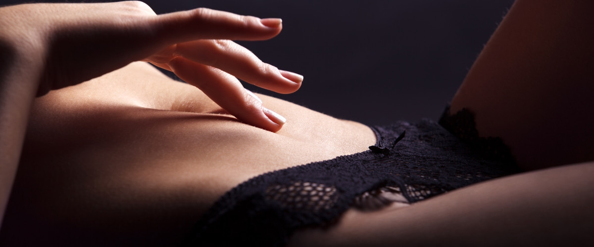 Девушка ласкает себе киску пальчиком