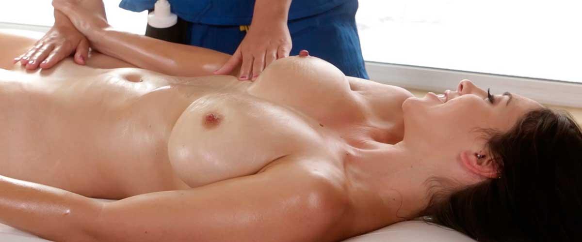 Мужик массирует грудь женщины